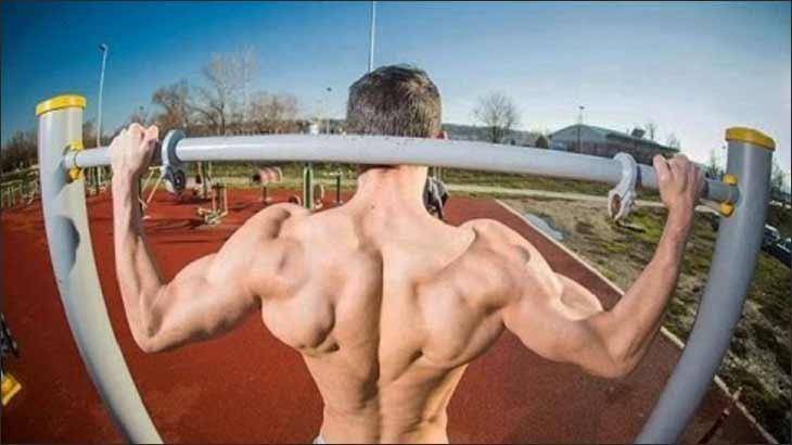 Как накачать плечи с помощью упражнений на турнике и брусьях?