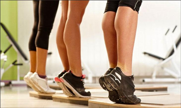 Упражнения для икроножных мышц для женщин: дома и в зале