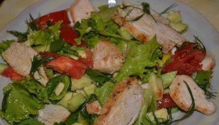 Легкий салат с курицей, морковью и зеленым горошком