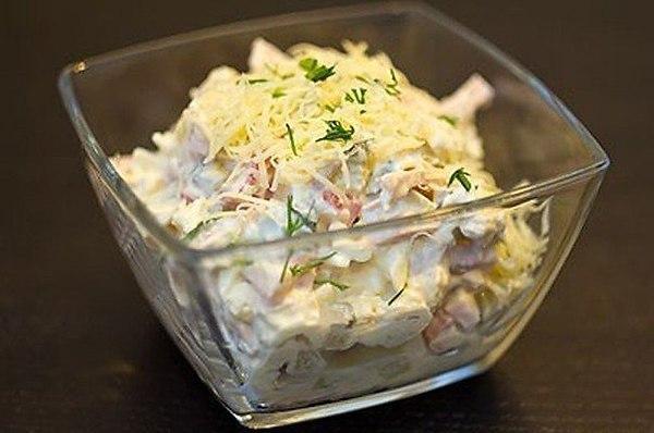 Салат с курицей, ветчиной и сметаной