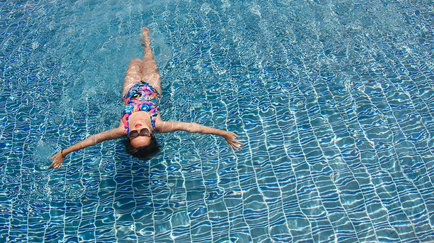 Плавает и худеет